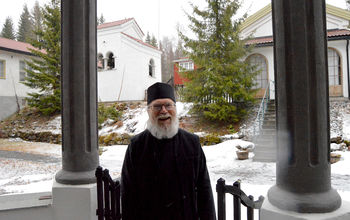 Feirer ortodoks pinse omkranset av ikoner